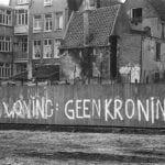 1024px-Tekst_Geen_woning,_geen_kroning_op_schutting_Haarlemmer_Houttuinen,_Bestanddeelnr_930-7455