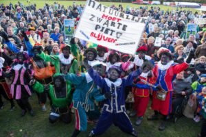 1382854479-dutch-protest-in-the-hague-to-keep-folklore-of-zwartepiet-alive_3059021