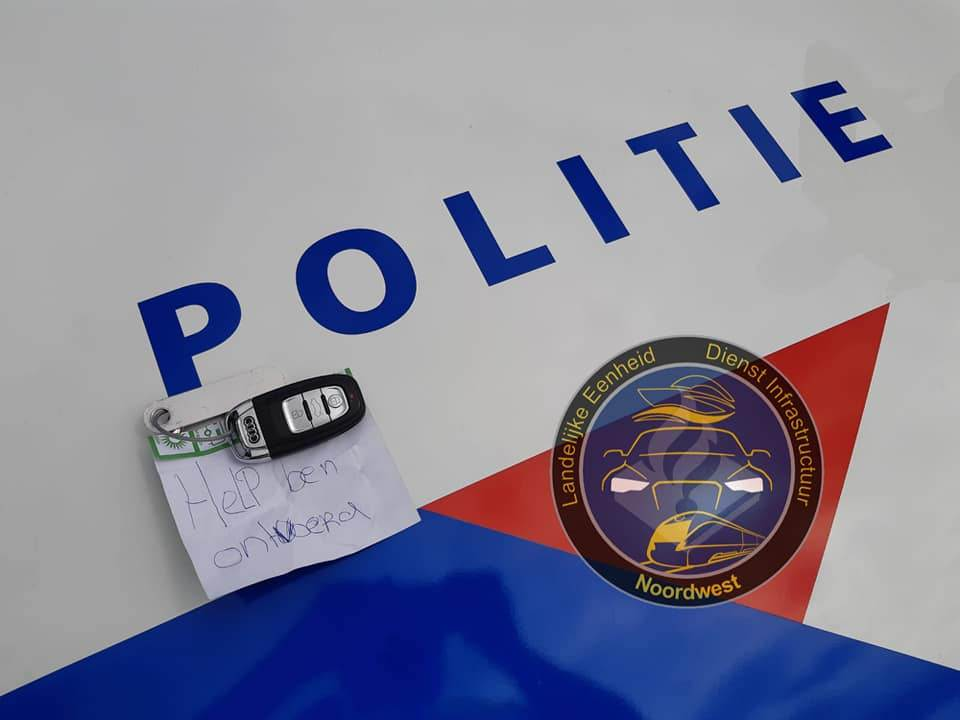 photo-kidnapping-note-in-dutch-on-police-car