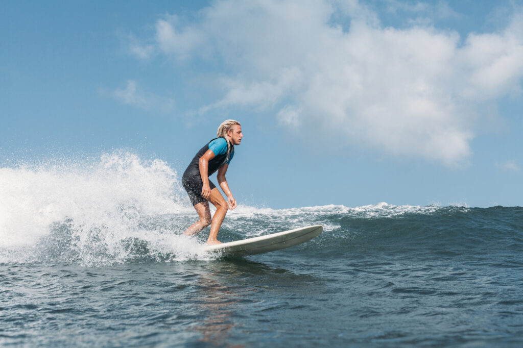 photo-young-man-surfing-in-the-netherlands