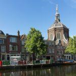 800px-Leiden,_de_Marekerk_RM25069_met_terras_op_boot_in_de_gracht_foto5_2017-06-11_09.44 (1)