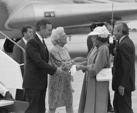 800px-President_Bush_en_Koningin_Beatrix_tijdens_de_begroeting_op_het_vliegveld_(8147595997)