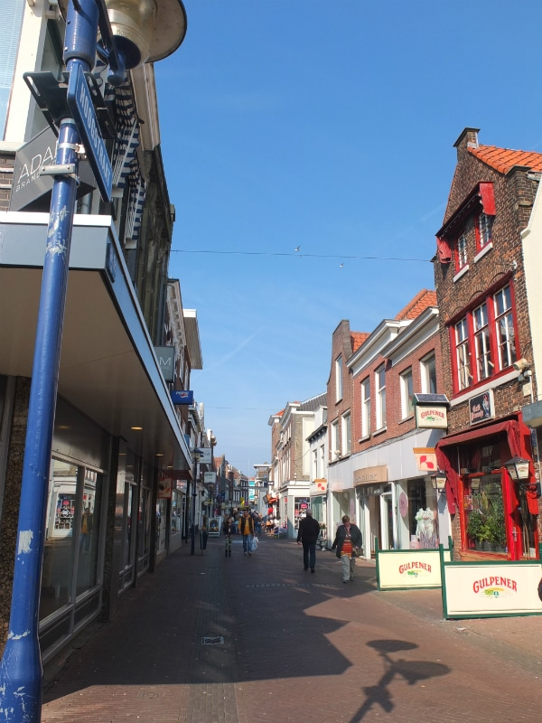This is one of the nices Schiedam streets. It might not be next to a canal, but it is full of little shops selling antiques, clothes, furniture and serving coffee.