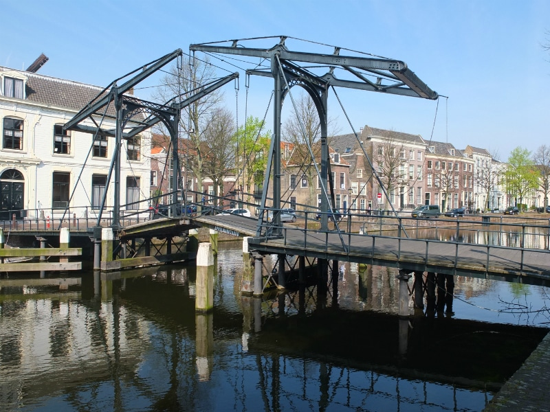 The canals are -of course!- equipped with all the elements of Dutch picturesqueness, like bridges...