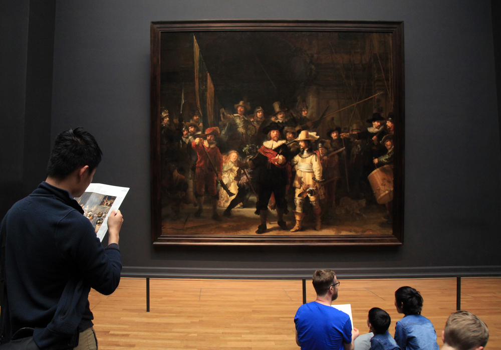 photo-visitors-admiring-rembrandt's-night-watch-at-the-rijksmuseum-in-amsterdam