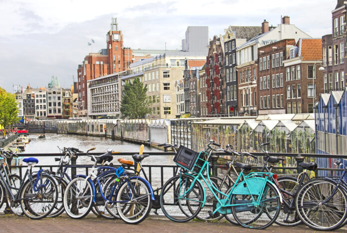 photo-amsterdam-canal-bikes-and-houses