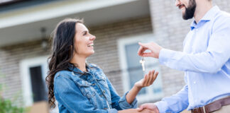 Photo-of-international-buying-a-house-shaking-hands-with-realtor-in-front-of-house-in-the-Netherlands