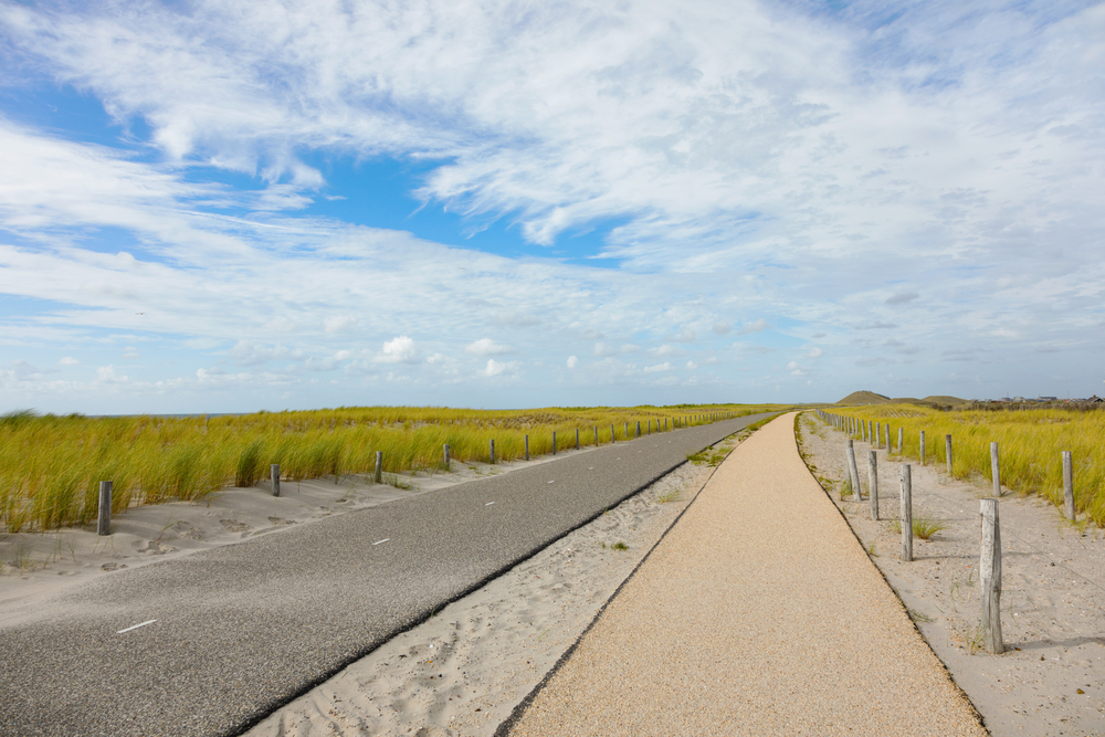 Bicycle-lane-towards-the-beach-in-the-Netherlands
