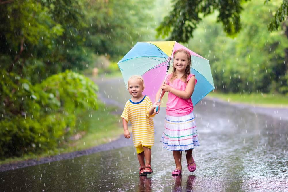 Dutch-children-playing-in-tropical-rain