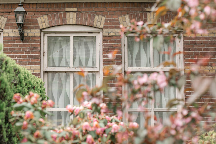 photo-brick-house-with-drawn-curtains-groningen