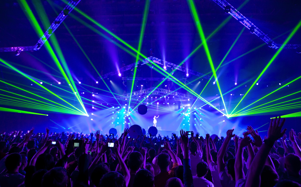 Photo-of-concert-with-crowd-and-bright-lights