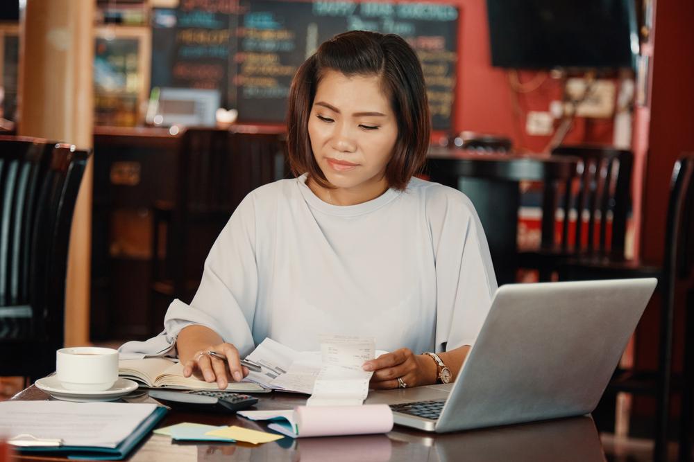 Photo-of-woman-using-online-banking-dsavings-platform-Raisin-to-manage-her-savings