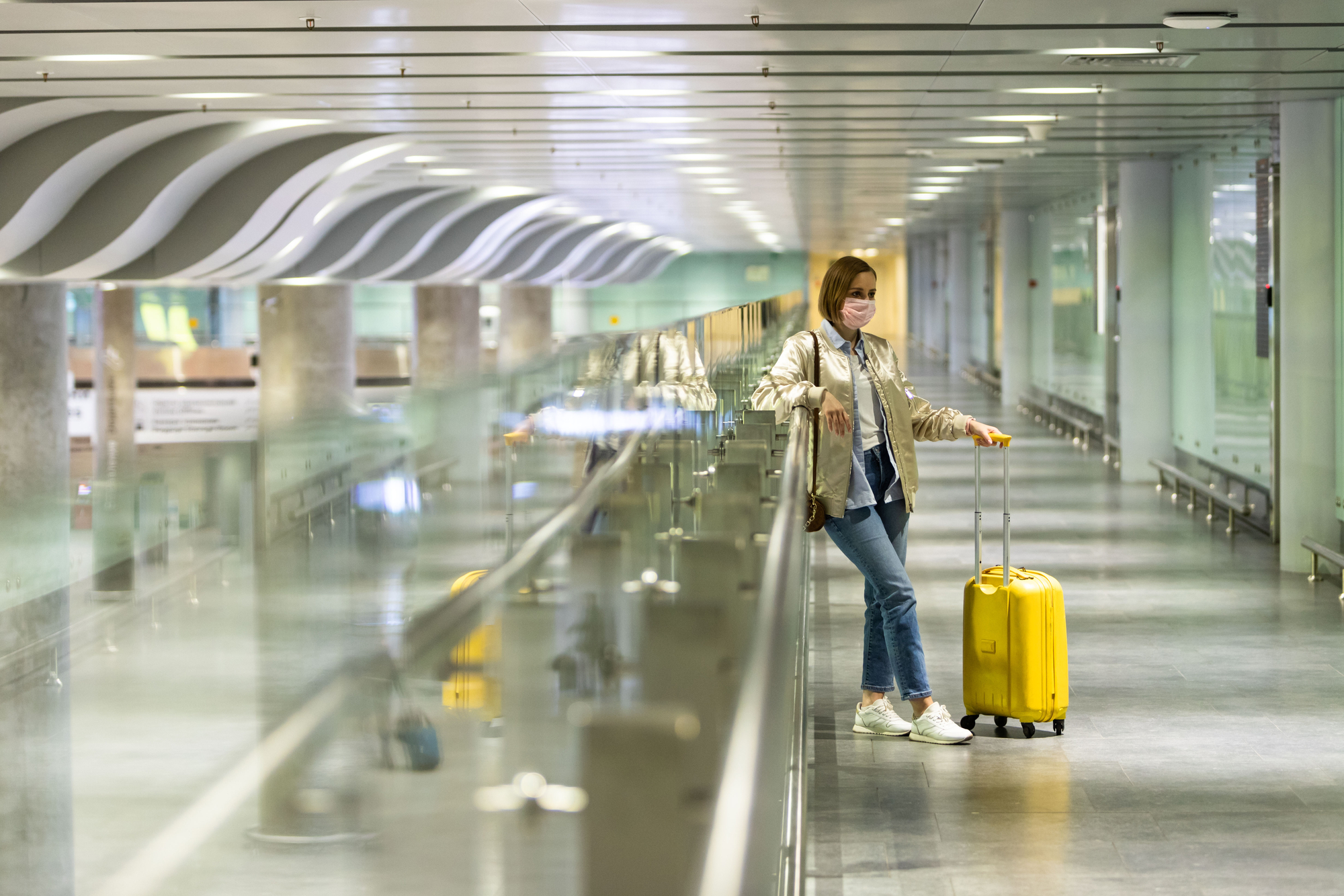 photo-woman-wearing-moutmask-waiting-in-airport