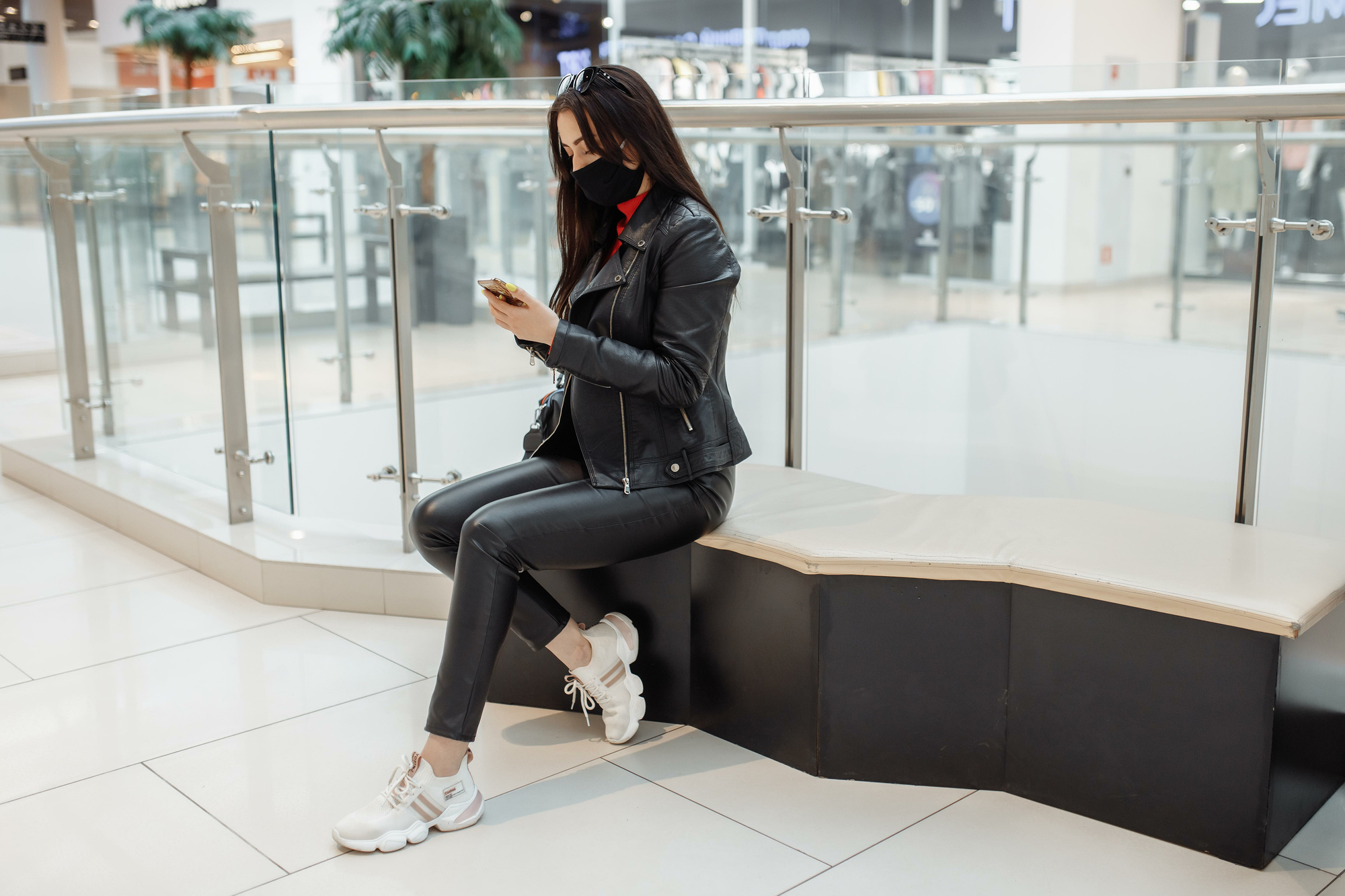 photo-woman-checking-phone-in-airport