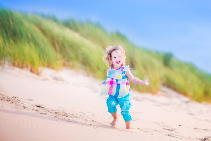photo-toddler-running-in-the-sand-dunes-on-dutch-beach