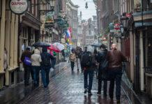 photo-people-walking-in-rain-amsterdam