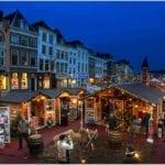 De drijvende kerstmarkt op de Nieuwe Rijn in Leiden