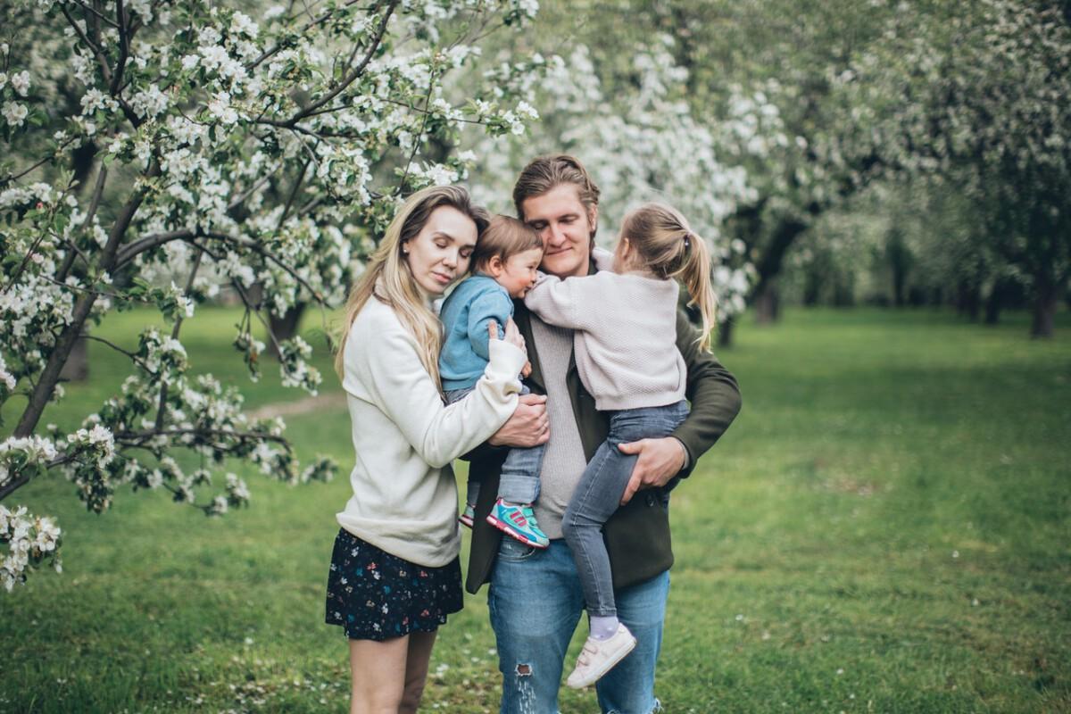 Dutch-family-hugging-in-a-garden