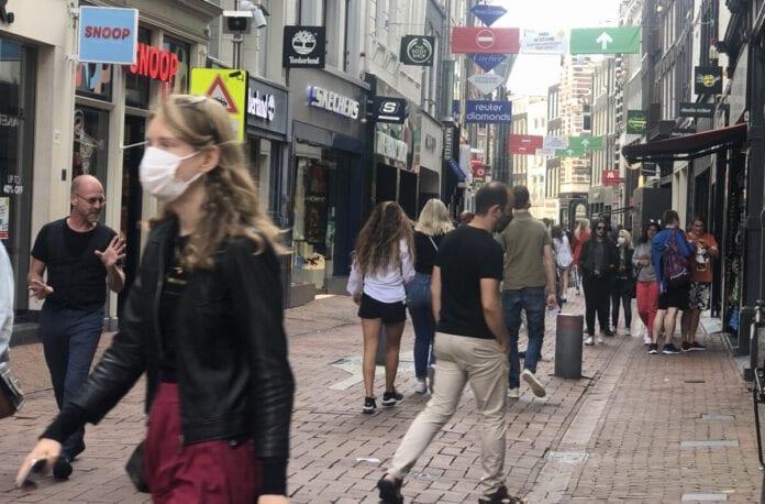 photo-of-shopping-street-Amsterdam-people-wearing-face-masks-coronavirus