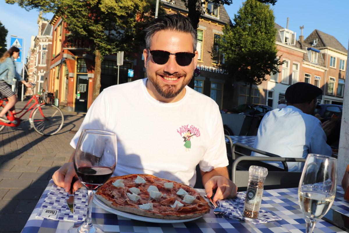 Founder-of-DutchReview-eating-a-pizza-at-Leiden-restaurant-de-Pizzabakker