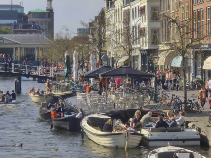 Dutch-Crowds-on-a-canal-on-King's-Day