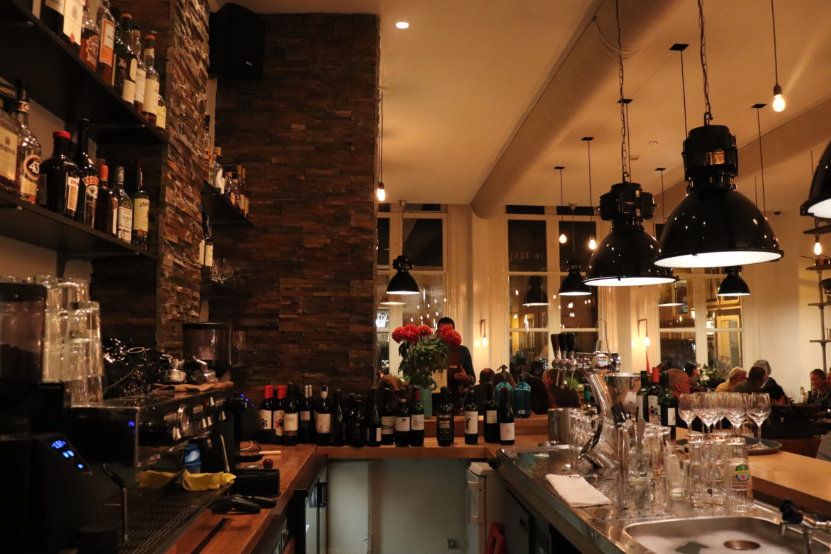 The-bar-at-Leiden-restaurant-Just-Meet