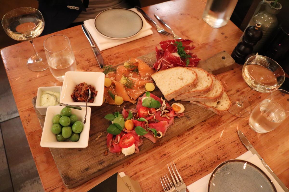 A-meat-platter-at-Leiden-restaurant-Just-Meet