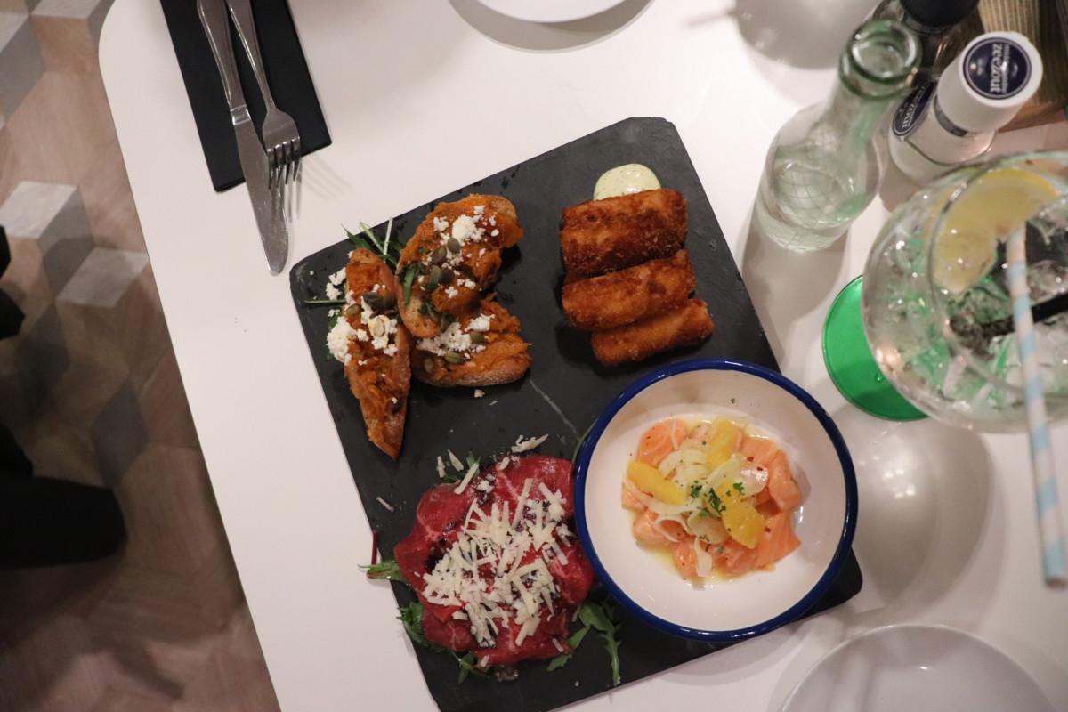 Sharing-plates-at-Leiden-restaurant-Aan-de-Rijn