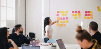 photo-intern-putting-up-sticky-notes-during-a-work-presentation-in-the-netherlands