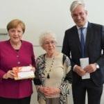 Laureen_Nussbaum_2019_im_Deutschen_Bundestag_mit_Bundeskanzlerin_Angela_Merkel_und_dem_Bundestagsabgeordneten_Dr._Mathias_Middelberg