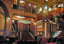 Inside-of-pathe-Tuschinski-cinema-in-Amsterdam