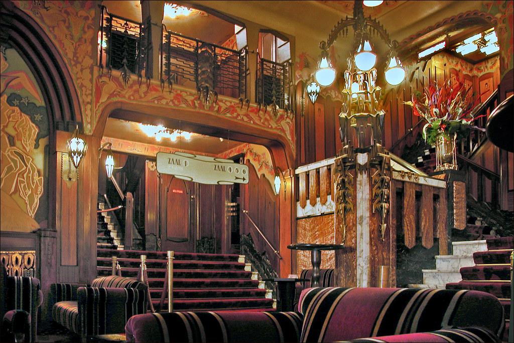 Inside-of-pathe-Tuschinski-cinema-in-Amsterdam