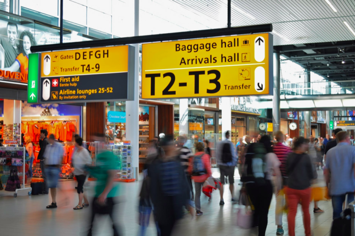 photo-people-walking-through-schipol-airport-in-the-netherlands