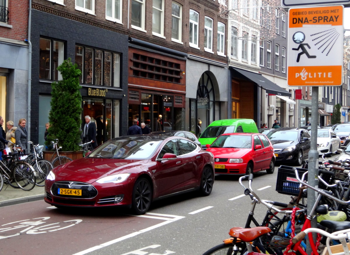 33023960b35 A Tesla Model S self-parking in Amsterdam (Source: Wikipedia/CC/David van  der Mark_