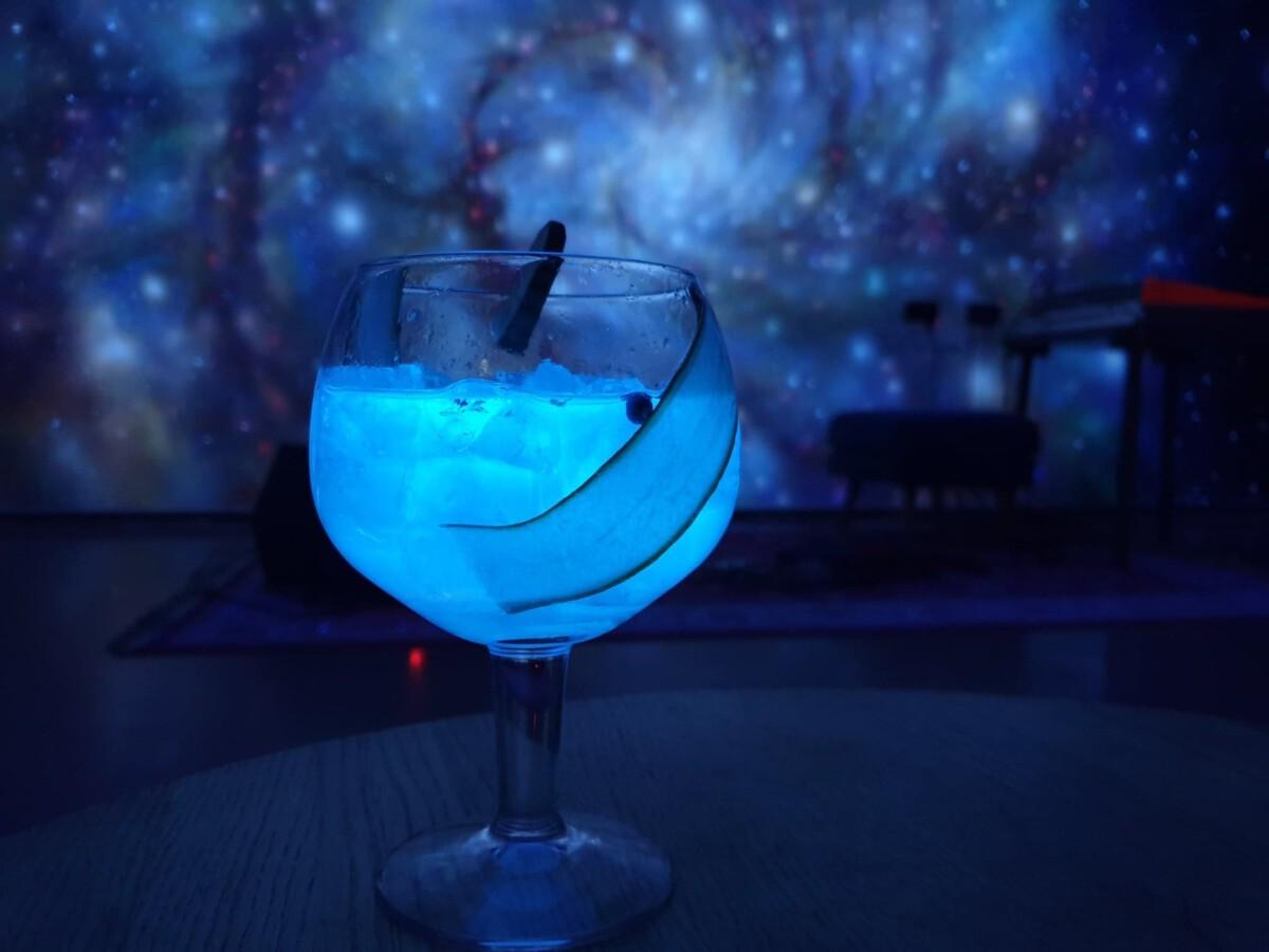 ClinkNOORD-Hostel-glow-in-the-dark-cocktail
