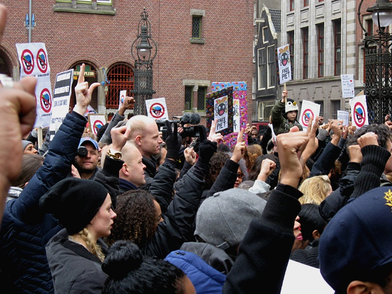 Sinterklaas and Zwarte Piet arrive in the Netherlands: Protests, Arrests and Fights (Video inside)
