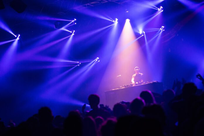 People-dancing-at-a-nightclub-in-the-Netherlands-curfew