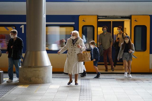 Old-dutch-lady-gets-off-an-NS-train