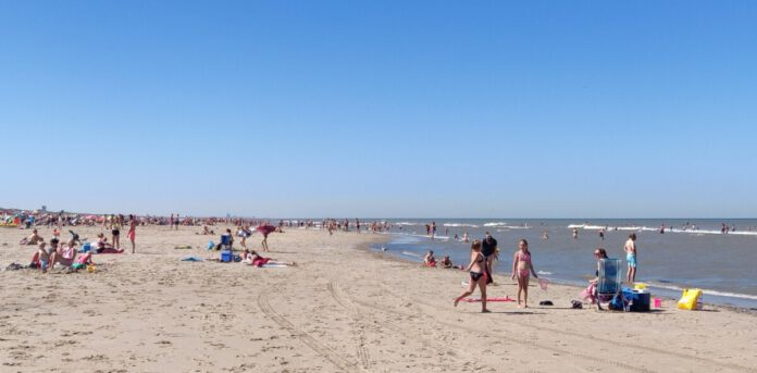 Dutch-people-on-a-beach-in-the-Netherlands