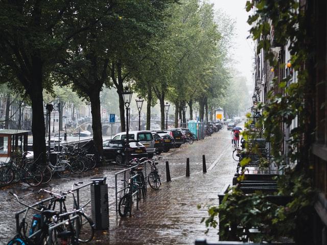 People-walking-in-the-rain-in-Amsterdam