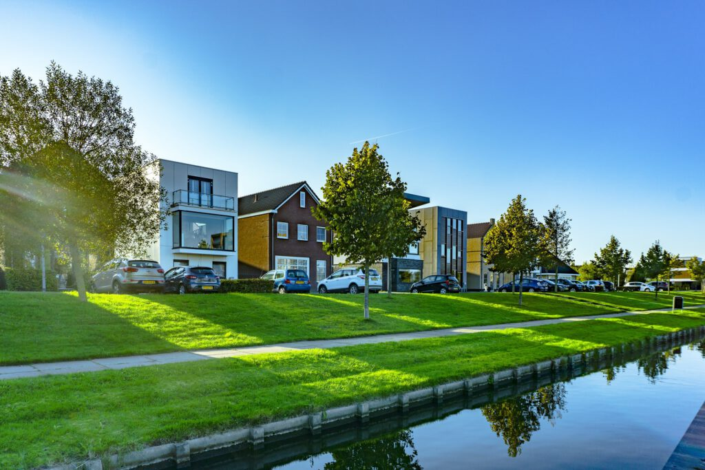 Spacious-houses-next-to-water-in-Almere