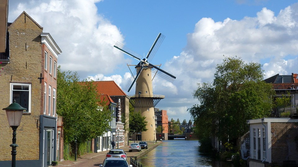 canal-view-in-schiedam-with-tallest-windmill-in-the-world