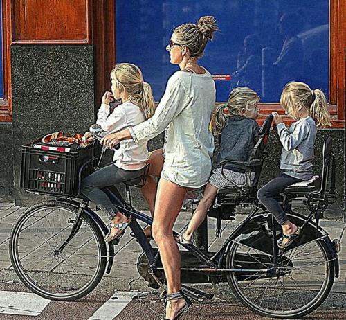 But four people on a bike? No problemo (Source: Reddit/Imgur)