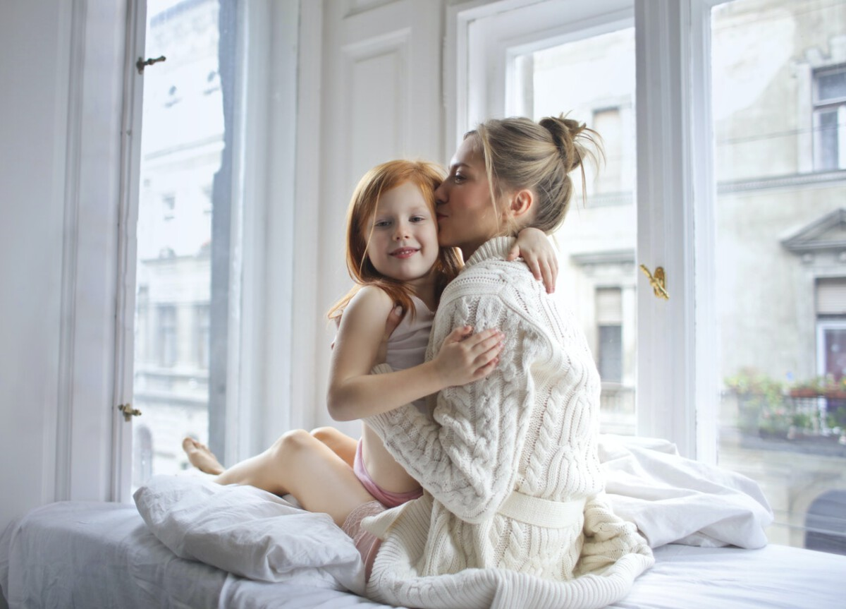 Dutch-mother-and-daughter-cuddling-on-mother's-day
