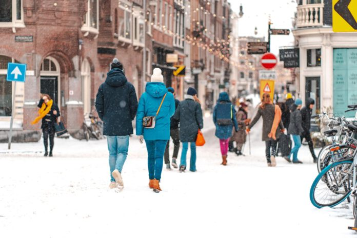 People-walking-in-the-snow-in-Amsterdam