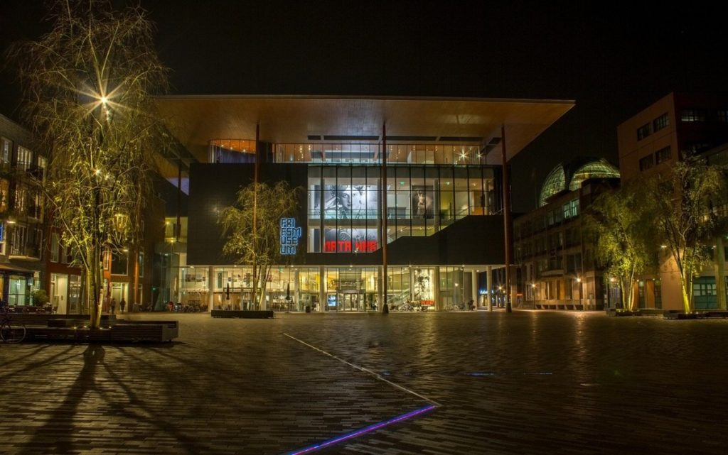 friesmuseum-leeuwarden-at-night