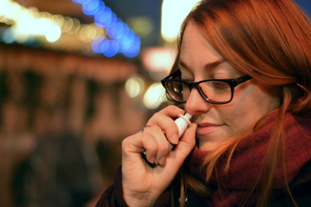 woman-with-red-hair-using-nasal-spray-in-the-Netherlands