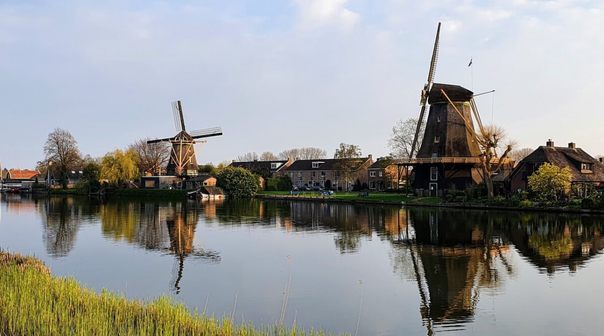 windmills-in-the-sun-in-the-Netherlands