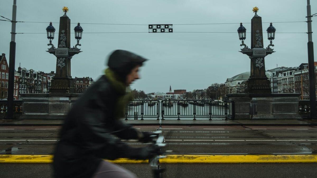 photo-person-biking-in-the-rain-in-amsterdam