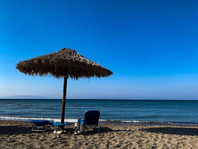 Photo-sun-chairs-and-parasol-on-Greek-beach